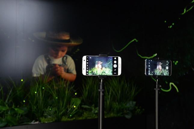 写真右が前モデルのGalaxy S6 edgeで、左がGalaxy S7 edge。カメラの感度が向上し、暗い場所での撮影も苦にならない(提供:Galaxy)
