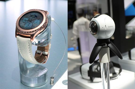 写真左がウエアラブル端末の「Gear S2」、右が参考出展されたVRカメラ「Gear360」