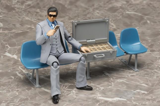 現金輸送用のアタッシュケース、1億円、札束の小物が付属。 ベンチは別売