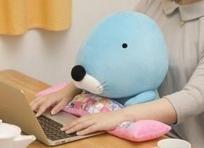 PC作業が楽になる、可愛くて実用的な「ぼのぼの PCクッション」