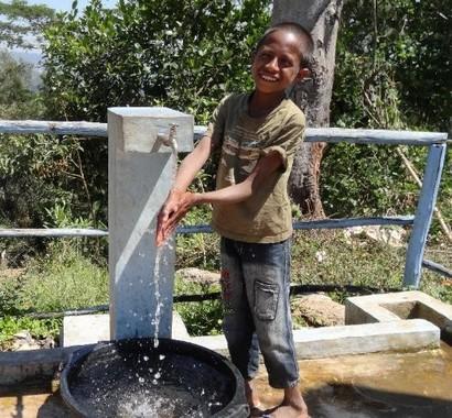 重力式給水システム例 ©UNICEF Timor-Leste/2015/Rbhusal