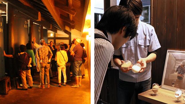 (写真左から)蔵内で説明を受ける一般見学者、上漕室の前で営業部・小澤幹夫さんの説明に耳を傾ける記者