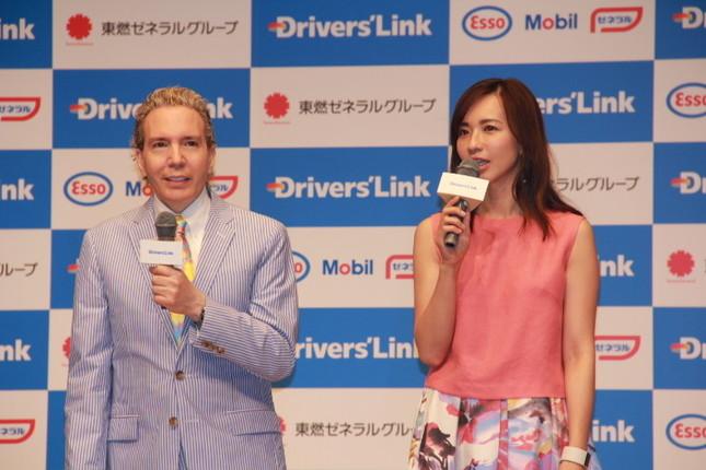 発表会にかけつけたデーブさんと優木さん
