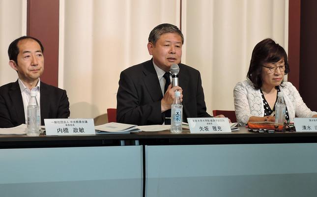 (左から)中央酪農会議の内橋政敏事務局長、東京大学大学院経済学研究科の矢坂雅充准教授、清水牧場の清水ほづみさん