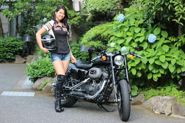 「THE LEGEND ON TOUR」PRのためJ-CASTニュース編集部を訪れた平良エレアさんと、4月に発売された「ROADSTER」。平良さんは「女性もぜひいらしてください」とよびかけた