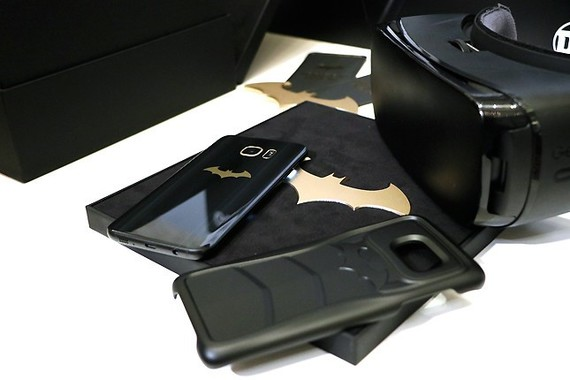 スペシャルカバー(写真右下)はバットマンのコスチュームを連想させる