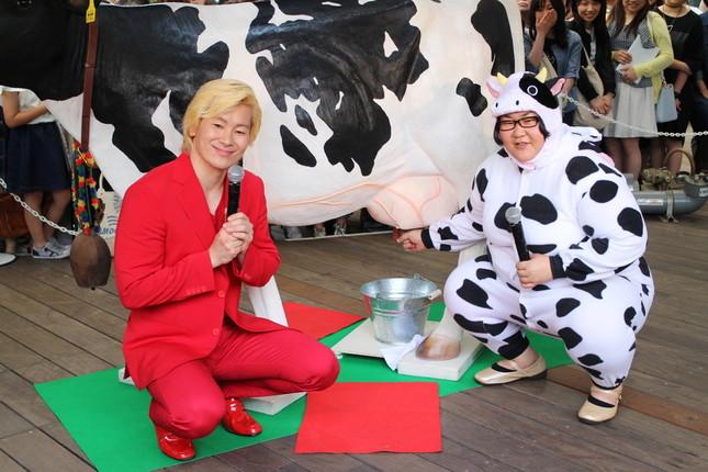 牛の姿で牛の搾乳体験