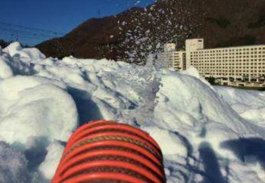 完成した雪に触れられる