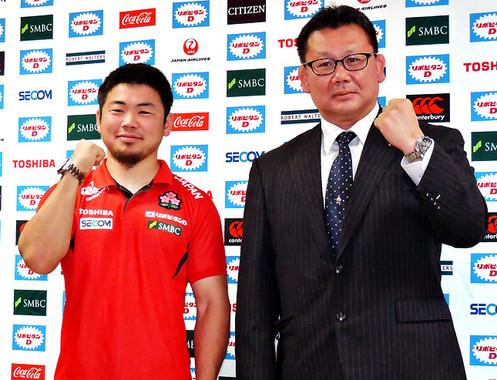 (写真左から)日本代表スクラムハーフの田中史朗選手、男子 15人制ラグビーの薫田真広DOR
