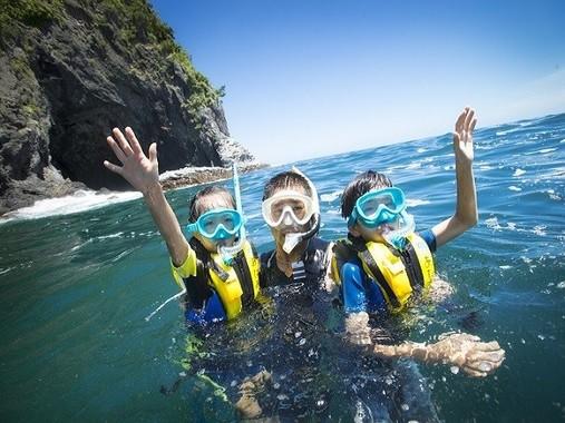 熱海の穴場ダイビングスポットである小曽我洞窟付近でのスノーケリング体験。港で基礎レクチャーを受けたあと、船に乗ってポイントへ移動