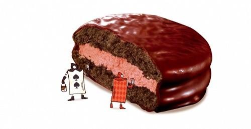 Wベリーのクリームをココアケーキでサンド