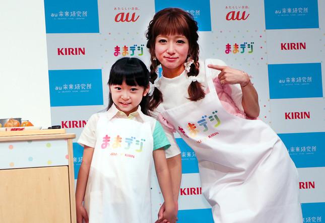 (写真左から)かのんちゃん、辻希美さん