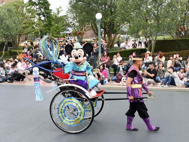 TDL「ディズニー七夕デイズ」 人力車に乗って登場したミッキーマウス