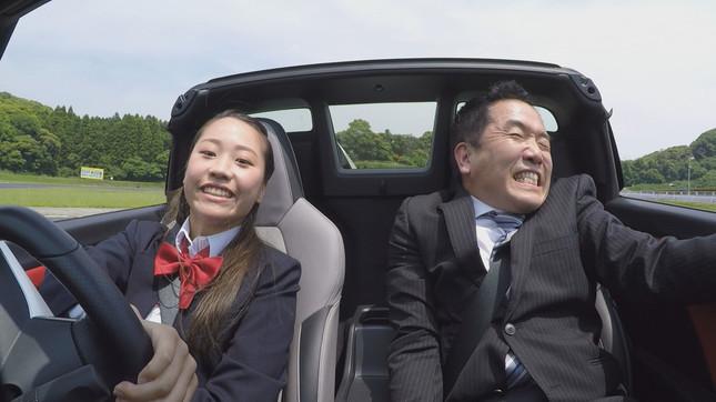 笑顔で爆走する女子高生と引きつったスタッフのコントラスト