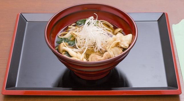 地元のブランド豚「富士山麓豚」と御殿場の「みくりや蕎麦」を使用した肉蕎麦