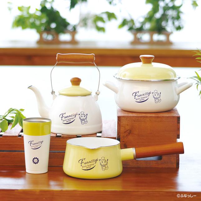 (写真の前列左から)保温タンブラー、ミルクパン、(後列左から)ケトル、キャセロール