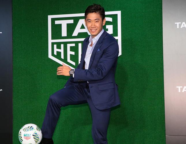 フォトセッションの場で香川選手は、「タグ・ホイヤー」のロゴがプリントされたサッカーボールを蹴るポーズを披露