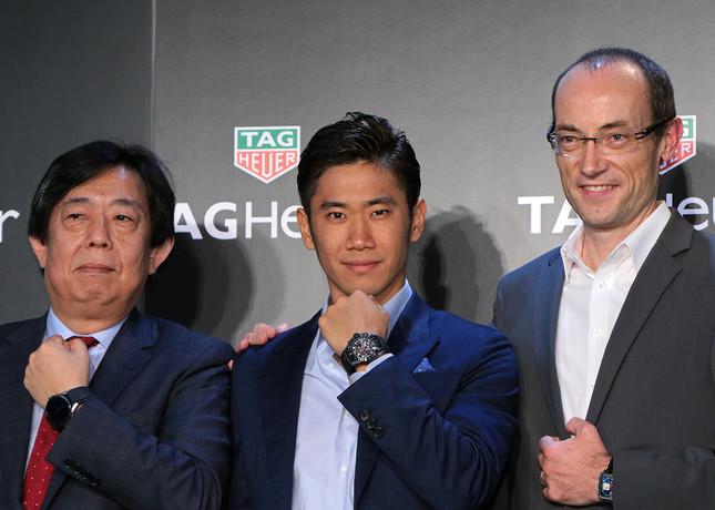 (写真左から)タグ・ホイヤー・ジャパンの河村恭臣ジェネラルマネジャー、香川選手、同社グローバルセールス・ヴァイス・プレジデントのリュック・ドゥクロワ(Luc Decroix)