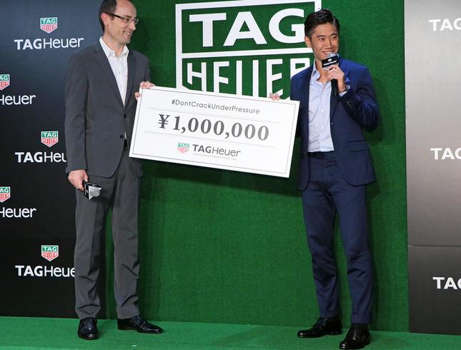 香川選手はステージ上、サッカーボールでボウリングに挑戦。見事全ピンを倒し、100万円が寄付金として社会貢献活動に進呈された