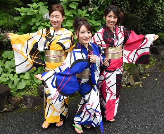 3人のダンスでの決めポーズをする(左から)川島有希さん、菅原琴奈さん、小澤麻理恵さん
