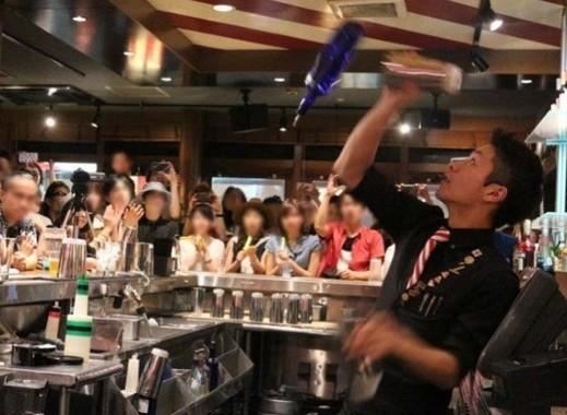 フレアーバーテンディング。ボトルやシェイカーを回転させたり、投げたりといった迫力あるパフォーマンスを楽しめて、バーテンダーのファンも多い。ショーの最中は店内に一体感が生まれる