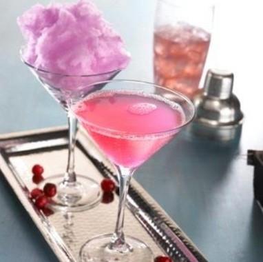 ピンクパンクコスモ(税別790円)。人気のわた菓子を使用したカクテル