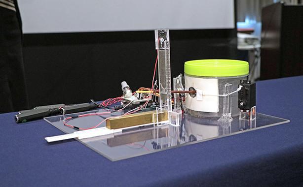 マスコミ陣に公開された「グリコポッキー音響測定器」