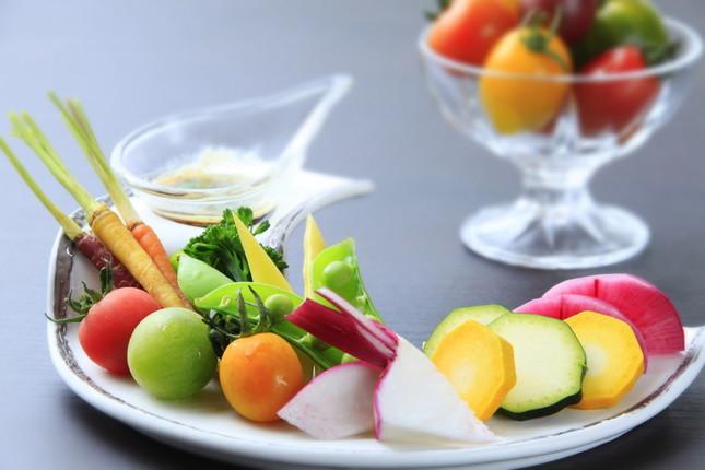 旬の地元食材による彩鮮やかな食事