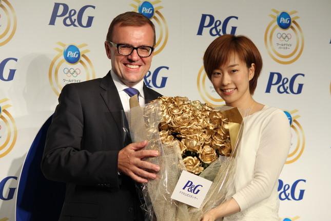 ベセラ社長は、石川選手に特製の金色のバラの花束を贈呈