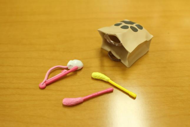 「おもちゃセット」と「ネコが入りそうな紙袋」