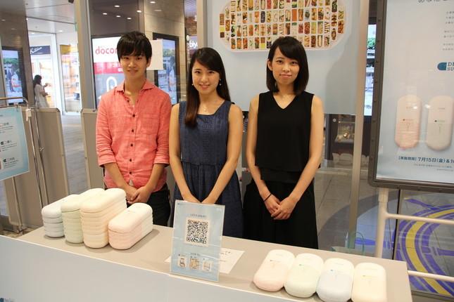 小川研究室の学生たちが「デリ・サプリカプセル」を配布