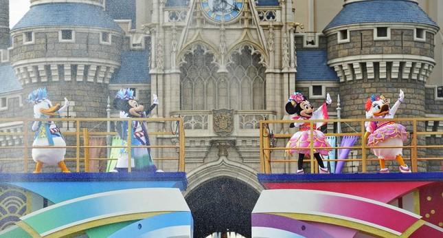 ミッキーマウスとドナルドダックらの「雄舞」とミニーマウスとデイジーダックの「華」