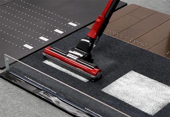 吸引仕事率は440Wにアップ。床のくぼみに詰まったゴミもきれいに取り除く