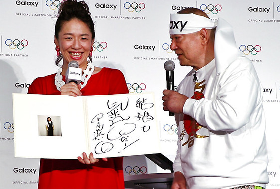 お見合い写真を受け取り、ほほを赤くする浜口京子さんと、「彼氏いるのか?」と探るアニマル浜口さん