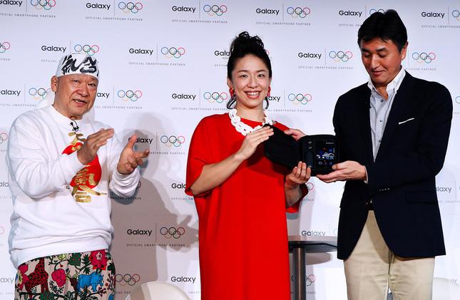 サムスン電子ジャパンの堤浩幸社長から「Galaxy S7 edge Olympic Games Editon」を贈呈される浜口京子さん