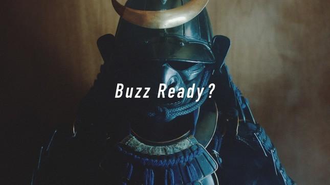 なぜか侍のよろいをバックに「Buzz Ready?」