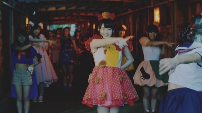 地下歩道でライブアイドルが踊っている…