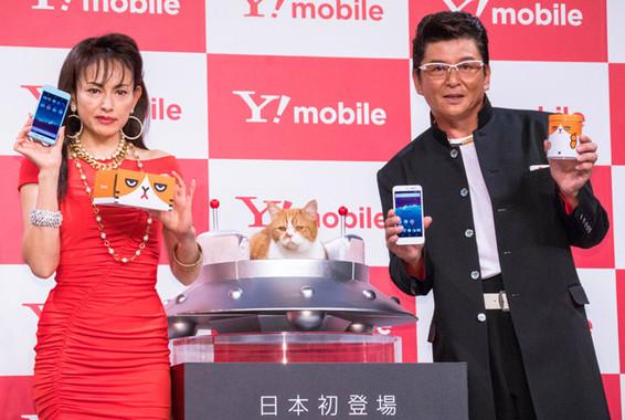 (写真左から)田中美奈子さん、ふてニャン、哀川翔さん