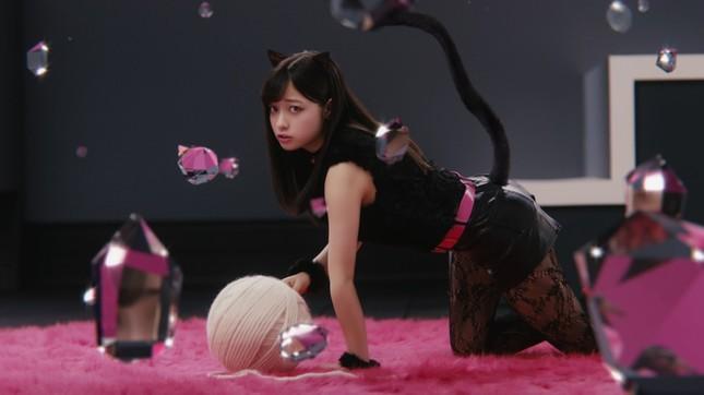 「リップベビークレヨン リップ&アイ」のCMで黒猫姿を披露する橋本環奈さん