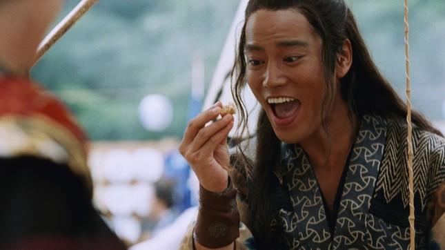 何の警戒心も抱かず、お菓子を食べる浦島太郎