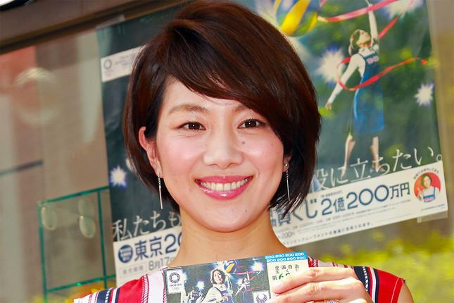 「東京2020大会協賛くじ」を購入し、微笑む潮田さん