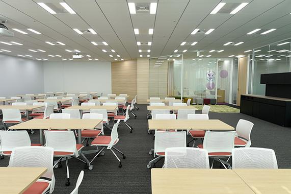 新しいオフィスには、セミナーや保険の無料相談ができる面談スペースが設置されている