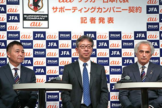 (写真左から)日本サッカー協会の岩上和道事務総長、KDDIの山田隆章コミュニケーション本部長、ハリルホジッチ監督