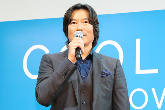 CROWNの新テレビCM「COOL or HOT?」編に出演する豊川悦司さん