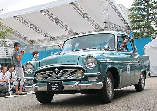 記念イベントの1部では、レストア(=復元)クラウンのゴールパレードも行われた。初代クラウンに豊川悦司さんも乗車した