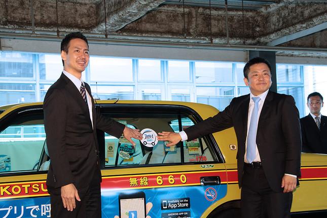 (写真左から)日本交通の川鍋一朗会長、P&Gの伊東正明ヴァイスプレジデント