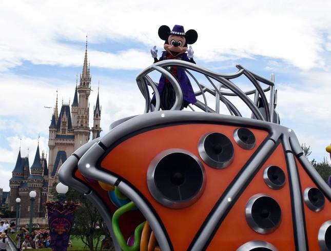 東京ディズニーランドの「ハロウィーン・ポップンライブ」で「クラブキング」に扮したミッキーマウス
