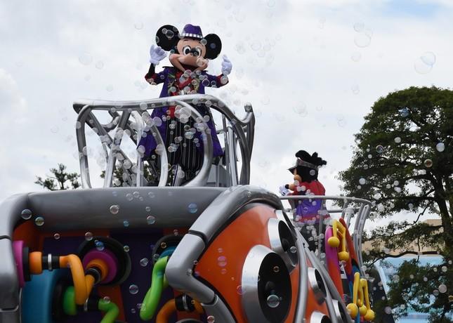 東京ディズニーランドの「ハロウィーン・ポップンライブ」の各フロートからは、弾けるとスモークが舞うバブルが大量に放出される