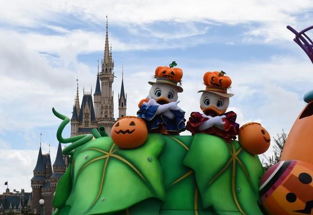 東京ディズニーランドの「ハロウィーン・ポップンライブ」のアヒルの3つ子のうちの2人
