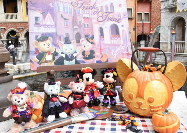 東京ディズニーシーで販売されている「ダッフィーのハロウィーン」のぬいぐるいバッジやミッキーマウスとミニーマウスのぬいぐるみバッジ